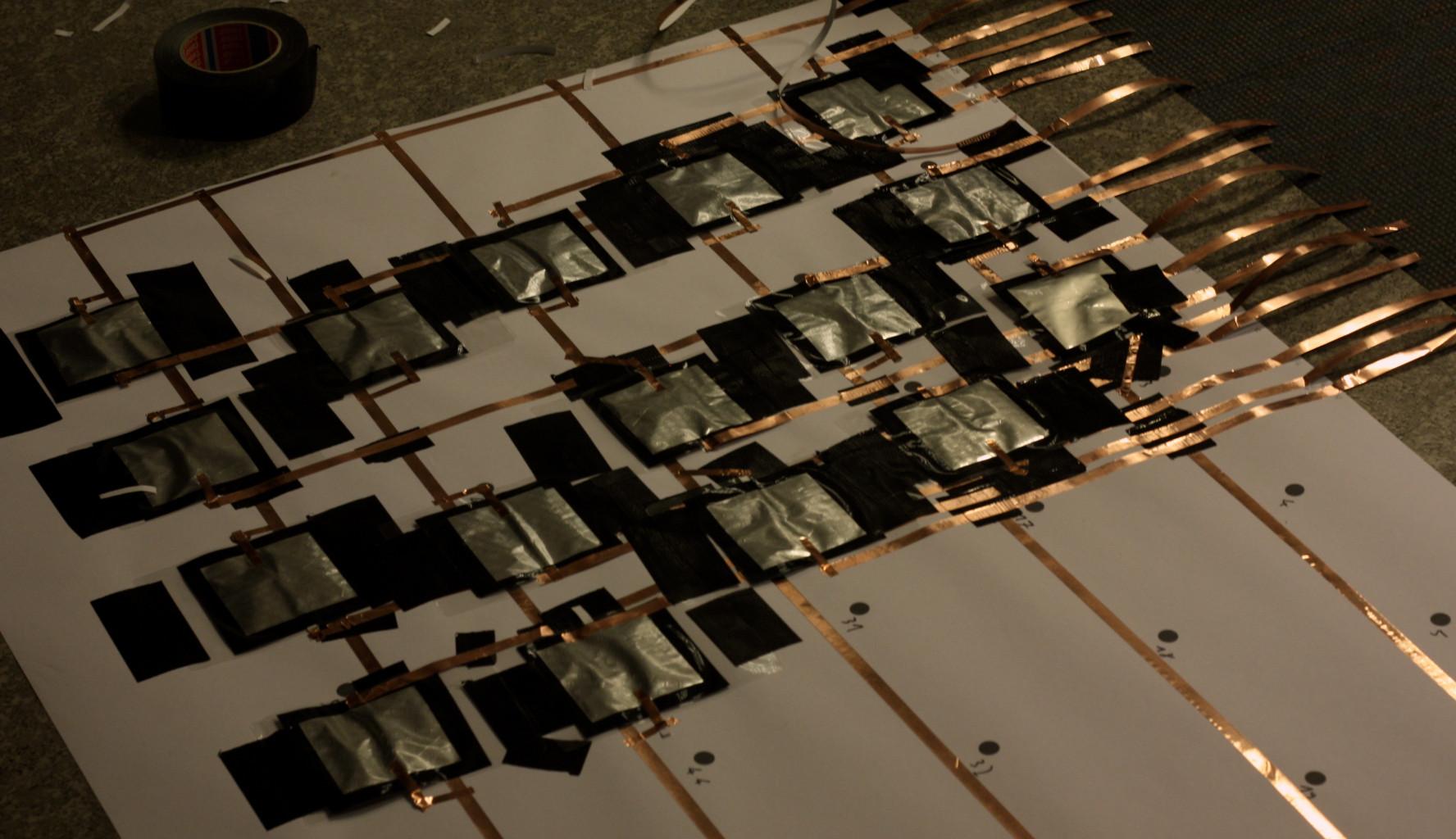 Die einzelnen taster werden auf die Positionen der Tastatur geklebt.