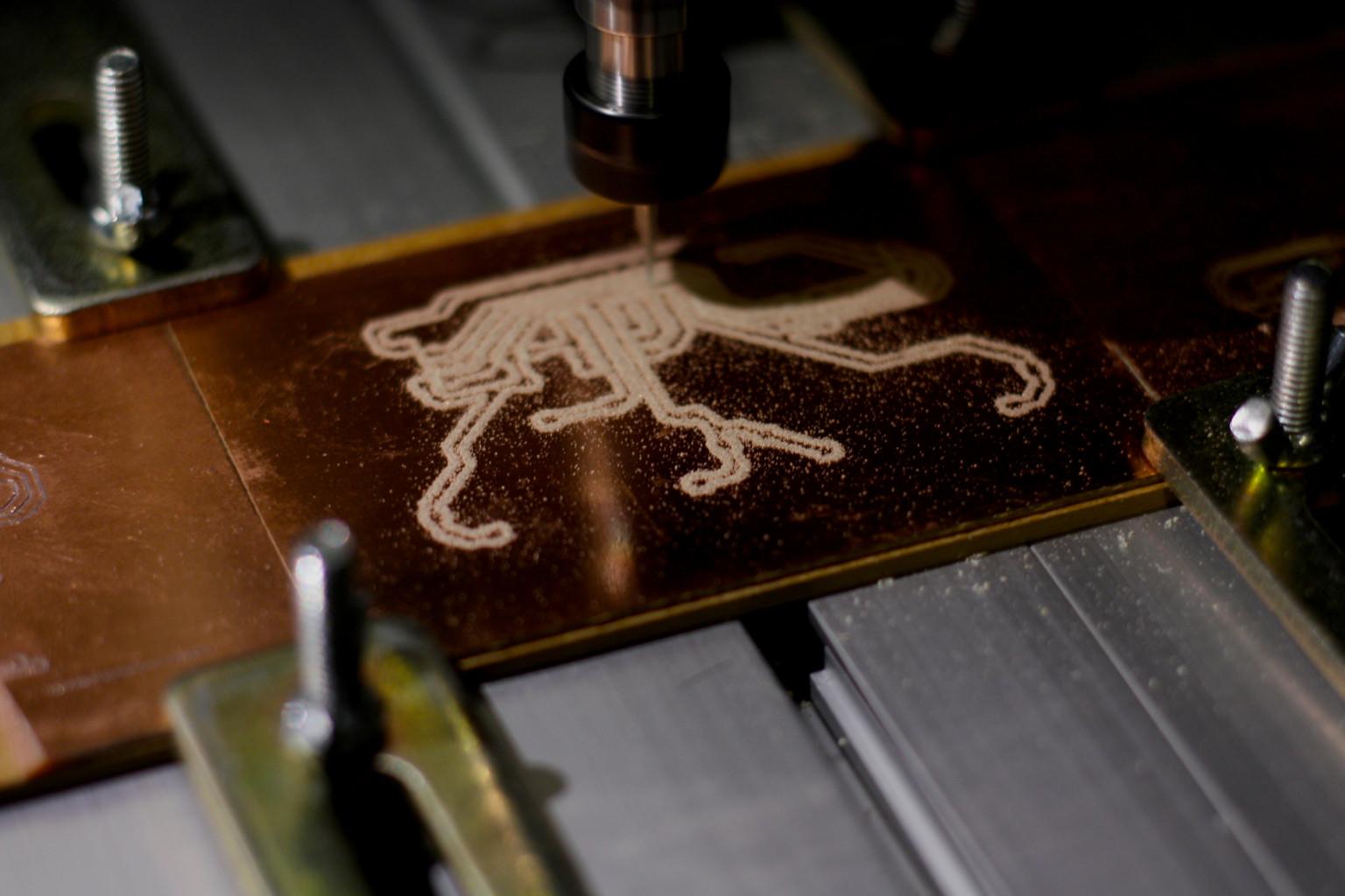 Mit einer Fräse werden Platinen erstellt, welche später die analogen Signale der Taster in digitale Signale umwandeln werden.